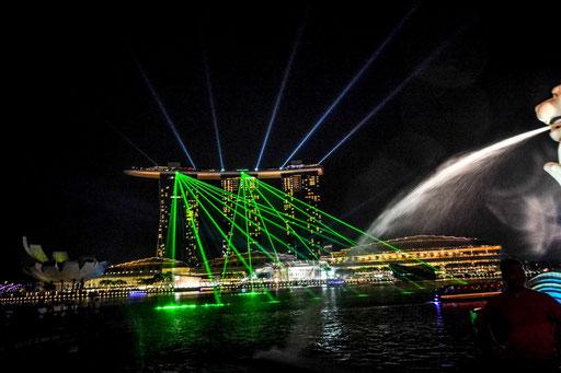 Jeden Tag um punkt 20 Uhr veranstaltet das Marina Bay Sands Hotel eine gigantische Lasershow