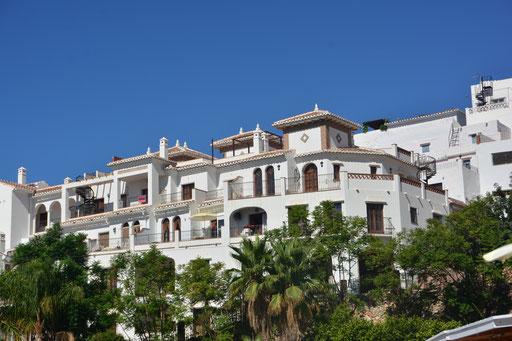 """Auf dem Weg nach Malaga besuchten wir noch ein typisches """"weißes"""" andalusisches Dorf. Du fühlst dich irgendwie nach Santorin (Griechenland) mit seinen weißen Häusern versetzt"""