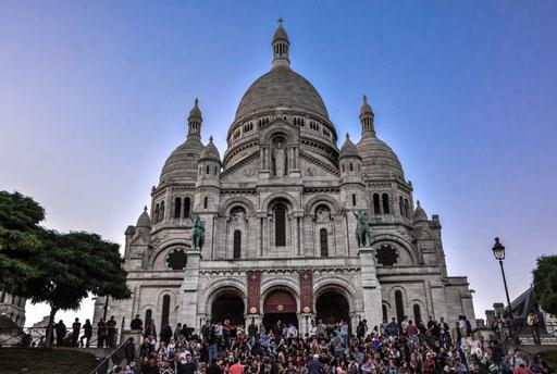 Sacre Coeur am Abend. So langsam füllen sich die Treppenstufen mit Leben. Sprich die Menschen genießen den Blick auf die Metropole Paris und ein selbst mitgebrachtes Abendessen.