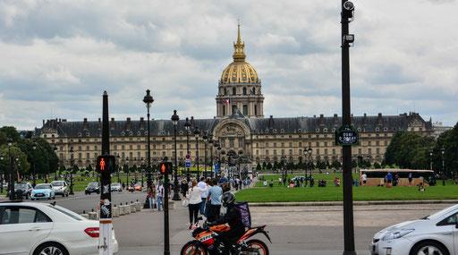 Blick auf das Hotel de Invalides mit dem Invalidendom, dem Grabmal Napoleon Bonapartes. Wer Lust auf Militaria hat, der ist hier auch richtig. Angeschlossen ist das Militärmuseum