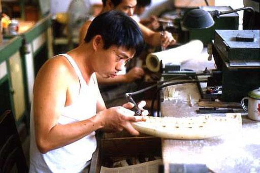 Arbeiter in einer Fabrik für Elfenbeinarbeit