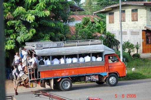 Schulbus in Ban Nong Muang (Isaan)
