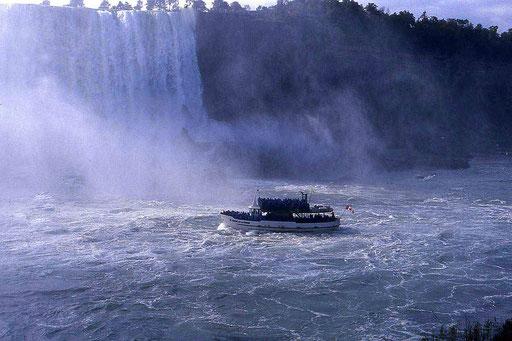 """Mit dem Schiff """"Maid of the mist"""" ganz nah ran an die Niagara Fälle"""