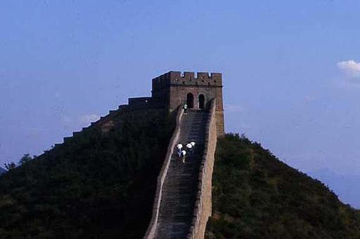 Ein Turm der chinesischen Mauer in der Abenddämmerung