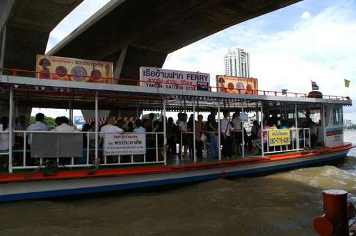Schiffstaxi auf dem Menam Chao Praya (Fluss durch Bangkokf)