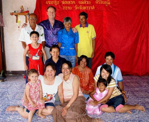 """Ein Teil """"meiner"""" Familie - der Ausländer im Bild ist Engländer und der Mann der Cousine meiner Frau (oder so ähnlich) - guter Kumpel, von dem ich in Thailand einiges an Lebensgewohnheiten der Thais gelernt habe"""
