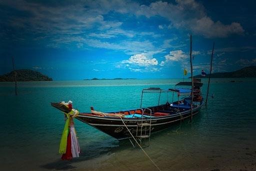 Fischerboot am Strand von Bang Por/Thailand