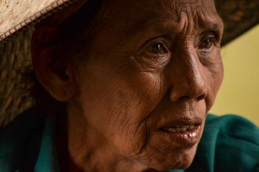 Die wahre Schönheit liegt im Alter - Marktfrau in Damnoen Saduak