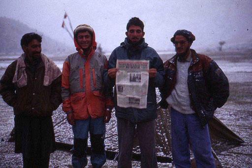 Unsere Sherpas mit einer Ausgabe des Nordbayerischen KURIER, meiner lokalen Heimatzeitung