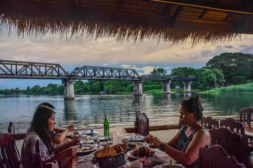"""Abendessen in einem """"Bootsrestaurant"""" mit Ausblick auf die legendäre Brücke, die eigentlich aus Holz war und erst später umgebaut wurde."""