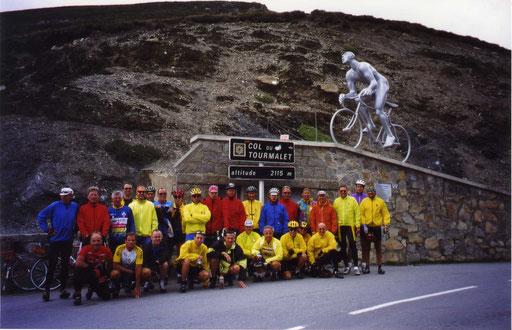 Unsere Gruppe auf dem Col de Tourmalet in den französischen  Pyrenäen Ehrlich: Mir war nicht wirklich wohl bei der Ankunft, aber bei der Rückfahrt umweht dich ein Gefühl von Stolz und Zufriedenheit