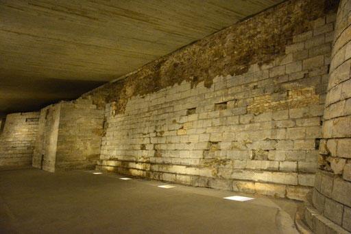 Die originalen Mauern des Stadtschlosses Louvre - heute Teil des Museums