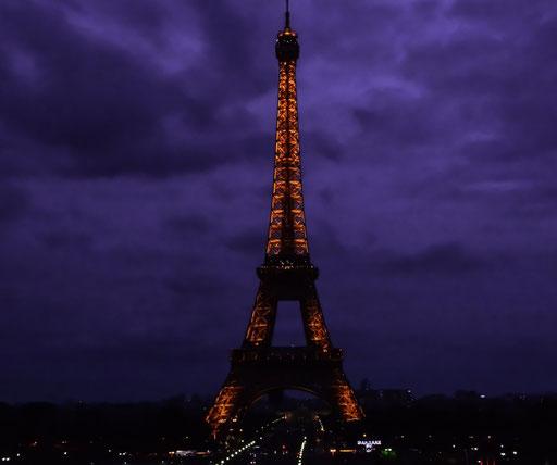 Der Eiffelturm blinkt nach Einbruch der Dunkelheit zu jeder vollen Stunde (bis etwa 1 Uhr nachts) für circa 10 Minuten