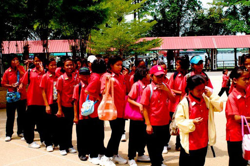 Obwohl in Thailand Schulpflicht besteht, kommt es nicht selten vor, dass gerade im ländlichen Bereich diese Schulpflicht ignoriert wird. Mindestens aber werden vor allem Mädchen nicht länger als die 6 Jahre Pflichtschulzeit absolvieren.