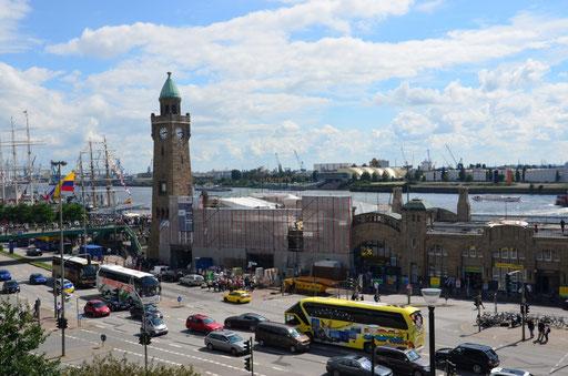 Blick auf die Landungsbrücken von der Anhöhe des Hotels Hamburg aus gesehen
