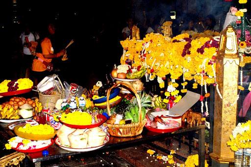 Abendliche Zeremonie am Erawan-Schrein (Bangkok)