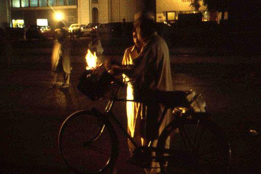 Analoge Nachtaufnahme - leider etwas unscharf, aber der Typ macht sich Licht mit abgefackelten Zeitungen in einem Fahrradkörbchen
