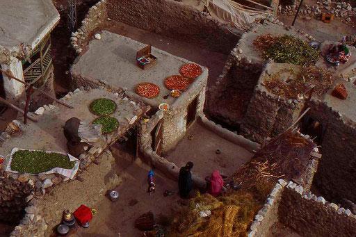 Irgendwo in Pakistan. Gemüse zum Trocknen auf das Dach