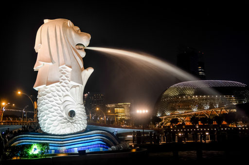 Der Wasser speiende Merlion - halb Löwe - halb Meerjungfrau