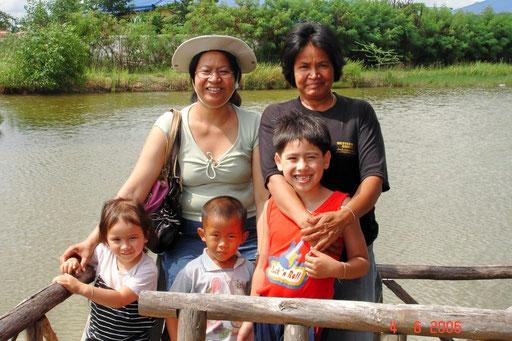Kinder nehmen in Thailand einen hohen Stellenwert ein. Im Bus stehen alte Leute auf, wenn Kinder zusteigen. In Deutschland ein Ding der Unmöglichkeit