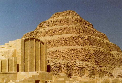 Die Stufenpyramide von Sakkara (gilt, so glaube ich, als älteste Pyramide der Welt)