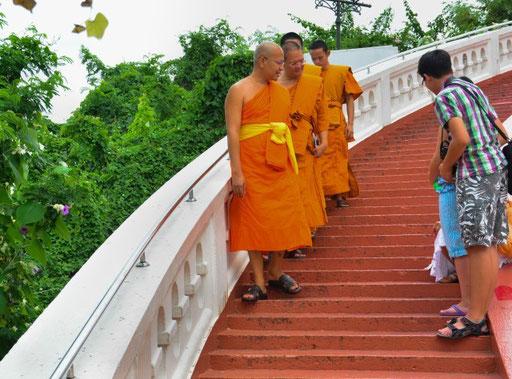 Freundlich wie immer - thailändische Mönche im Gespräch mit unseren Kindern
