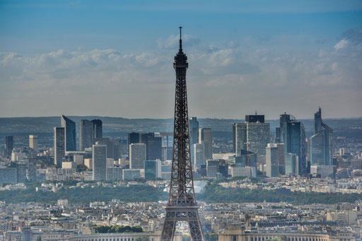 Eiffelturm vom Tour Montparnasse aus. Im Hintergrund der neue Stadtteil La Defense, den du mit der Metro vom Place Charles de Gaulle aus in gut 15 Minuten erreichst.