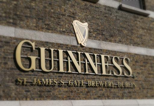 """Bier und Whiskey - die eigentlichen """"Wahrzeichen"""" Irlands - klicke auf das Bild, um noch mehr Eindrücke dieser typisch irischen Köstlichkeiten zu sehen."""