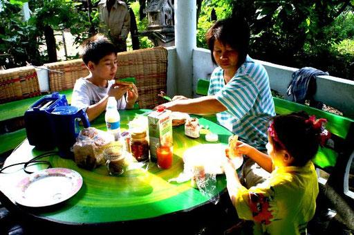 Thais sind Familienmenschen und ein gemeinsames Frühstück gehört einfach dazu