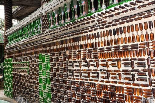 Keine Brauerei sondern eine Außenwand des Wat Kwad (Flaschentempel) nahe der kambodschanischen Grenze