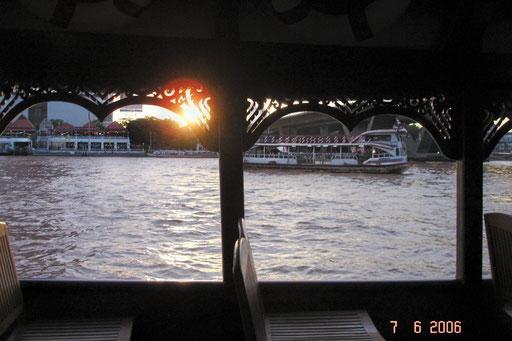 Blick von einem Restaurantschiff auf den beginnenden Sonnenuntergang