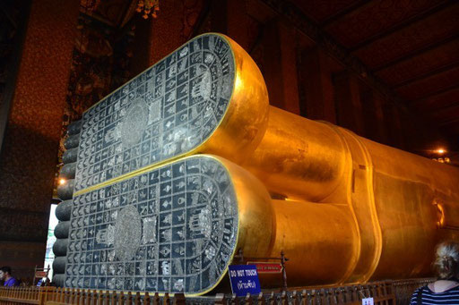 Liegender Buddha im Wat Pho - dem Zentrum thailändischer Massagekunst/reclining Buddha at Wat Pho, the center of Thai art of massage