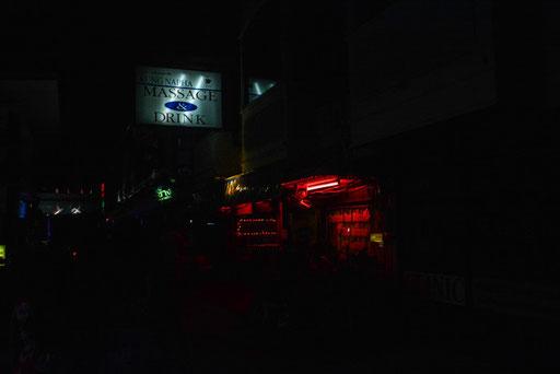Rotlichtmilieu im wahrsten Sinne des Wortes - nicht weit weg vom Thaiboxing-Stadium