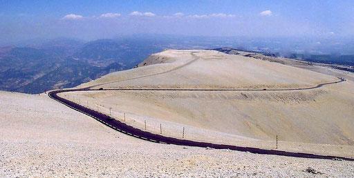 Straße hinauf zum Mont Ventoux (dem windigen Berg in der Provence) Foto: Norbert Schlenk