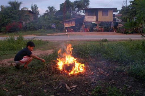 Lagerfeuerromantik in Ban Nong Muang (Isaan, NO-Thailand)