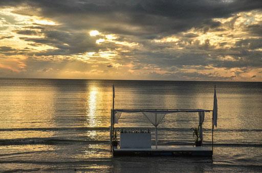 Die Floating Bar des Hotels Impiana Beach/Foto: Daniel Schlenk