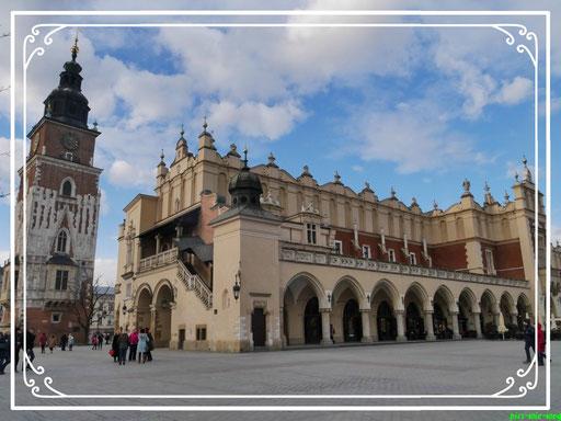 Am Marktplatz gegenüber der Kathedrale, die Tuchhallen