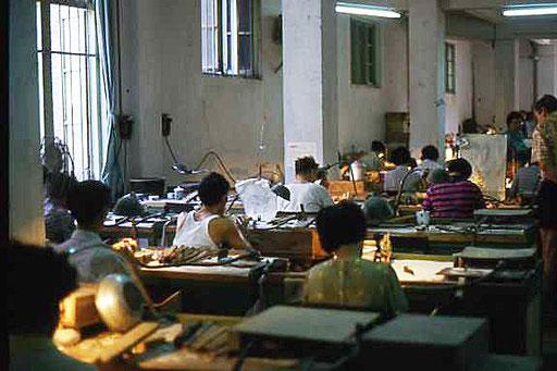 Zum Reiseprogramm gehörte auch die Besichtigung diverser Fabriken und Herstellungsbetriebe. Ob das heute auch noch möglich ist, wage ich bezweifeln. Die Arbeitsbedingungen in China sollen ja nicht immer die besten sein.