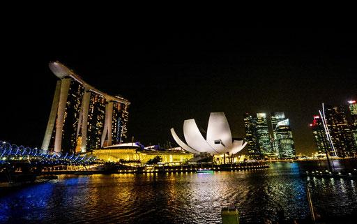 Blick von der Promenade auf die Helix-Brücke und das Marina Sands Hotel