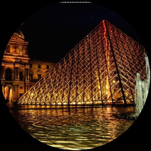 """Louvre Pyramide in Paris (ist dir vielleicht aus dem Film """"Da Vinci Code"""" ein Begriff Kamera: Blende 6,3, 1/80, ISO 3200, 18 mm"""