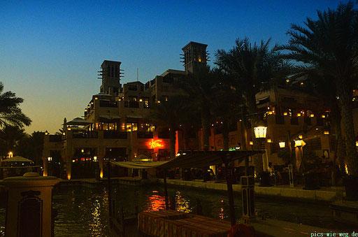 Wenn es Abend wird in Dubai - Aufnahme aus dem Souk Madinat