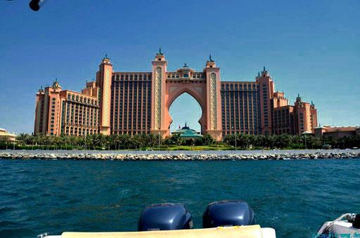 Vorbei am berühmten Hotel Atlantis the Palm