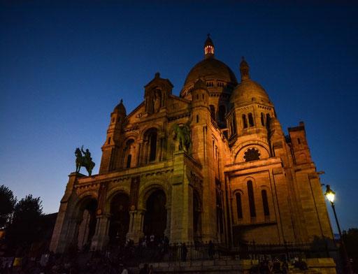 Die neoromanisch-byzantinische Kirche Sacre Coeur. Hoch oben thront sie über Montmatre
