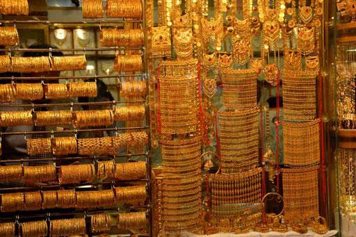 Angebote im Gold Souk. Der Anblick lässt jedes Frauenherz höher schlagen (Foto: Daniel Schlenk)