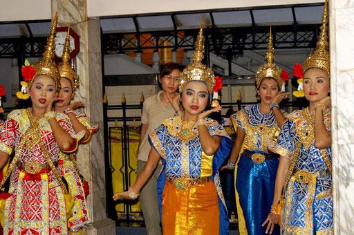 Thai-Tanz am Erwwan-Schrein in Bangkok-Zentrum