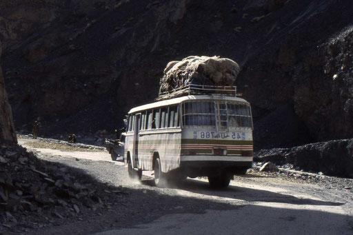Linienbus auf dem Weg über den Kharakorum Highway
