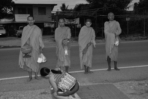 Morgendlicher Gang der Mönche in Ban Nong Muang (Nordosten Thailands)