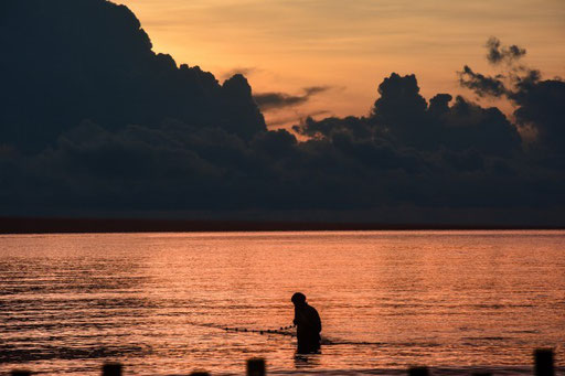 Fischer am Strand von Chaweng Noi Thailand; frühmorgens, wenn alle noch schlafen, ist es absolut genial, am Strand zu stehen, wenn das Leben erwacht.