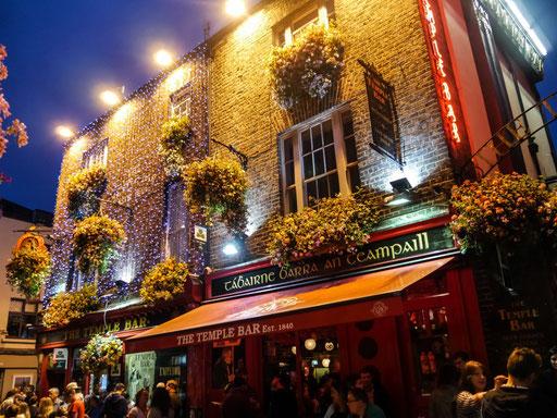 Der Stadtteil Temple Bar und die gleichnamige Pub (Public Bar) ist DAS Ausgehviertel in Dublin. Unbedingt hingehen, wenn auch sehr touristisch.