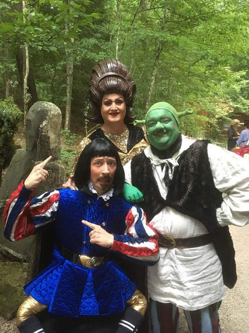 Gruppenbild mit Dame: Fräulein Wommy Wonder bei der Benefiz-Gala im Naturtheater Reutlingen mit Lord Farquaad (Holger Schlosser) und Shrek (Heiko Raiser)
